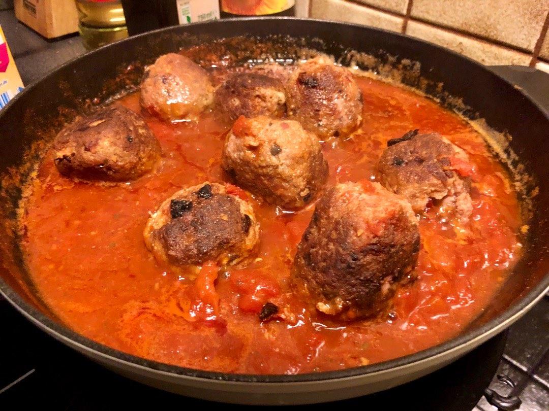 Albondigas in Tomatensoße in einer Eisenpfanne
