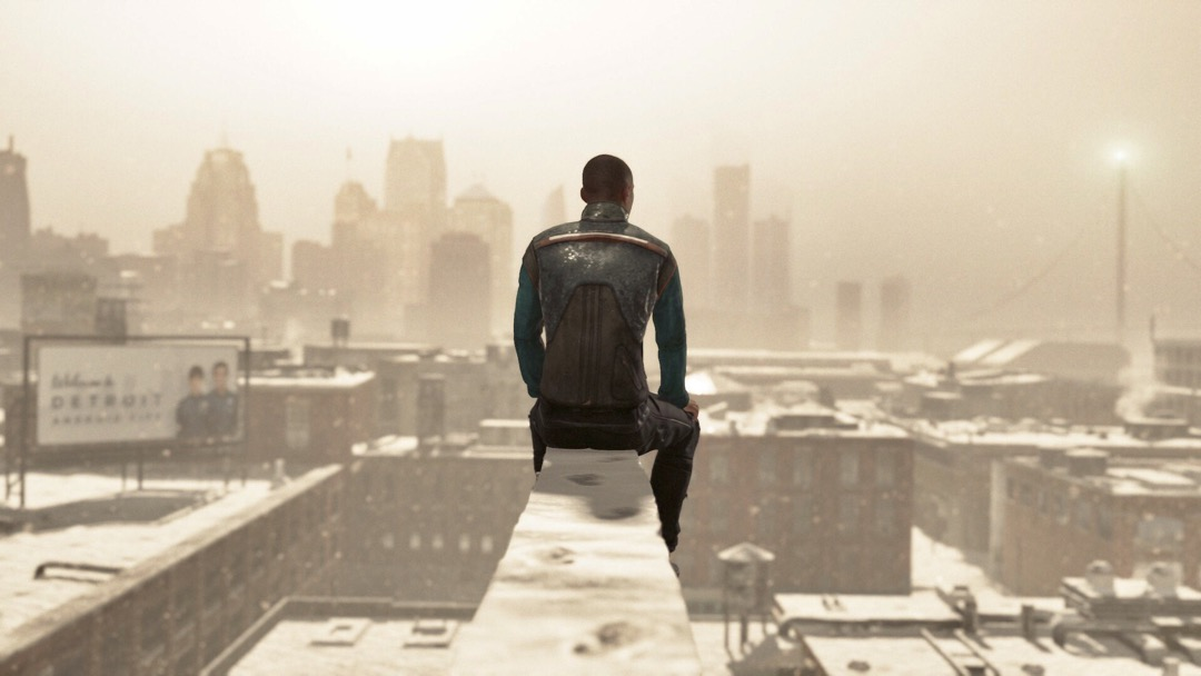 Ein Androide auf einem Balken vor dem sich die Stadt Detroit erstreckt.