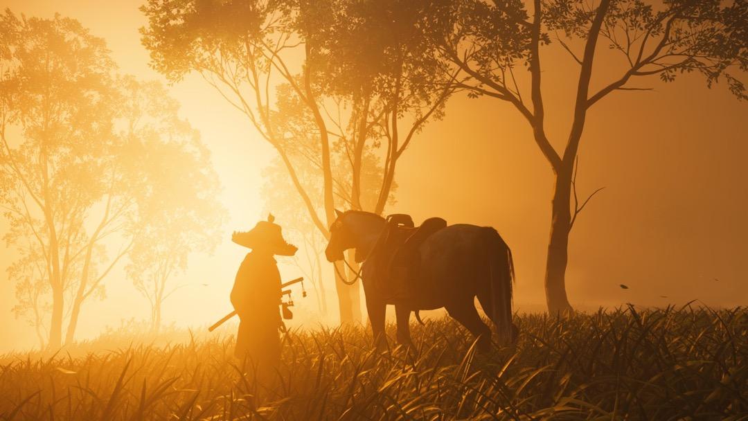Ein Samurai und sein Pferd vor dem goldenen Sonnenuntergang.