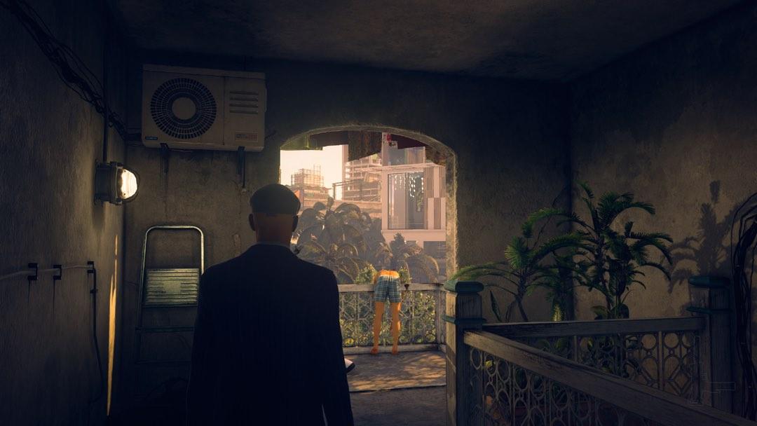 Ein nur in Unterhose bekleideter Mann hängt über einer Balkonbrüstung